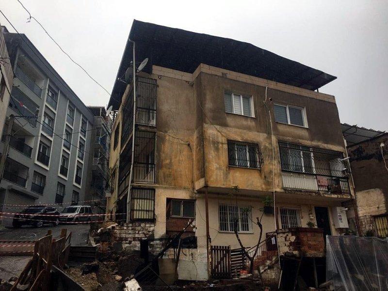 İzmir'de sağanak yağış! Yol çöktü, kayan bina tahliye edildi