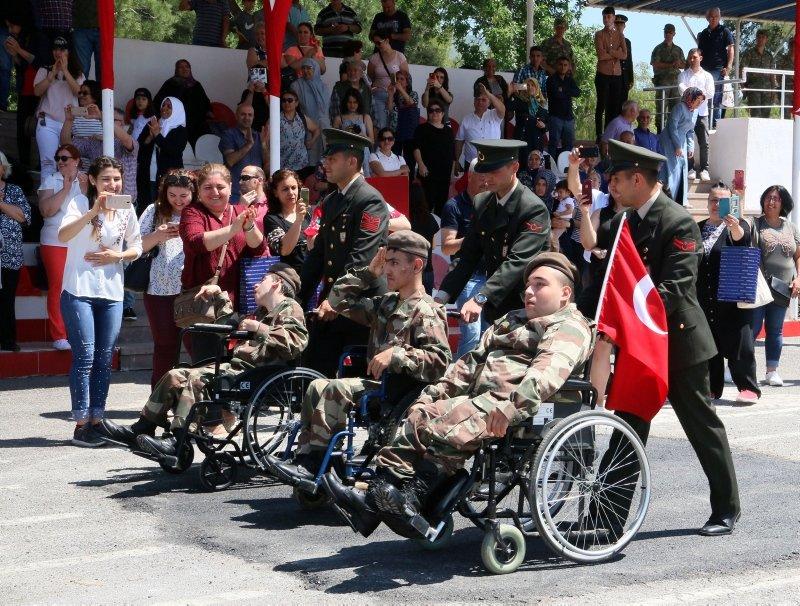 İzmir'de engellilerin bir günlük askerlik sevinci! Gözyaşlarıyla izlediler