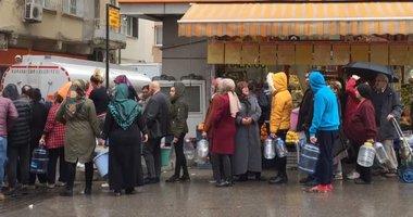 İzmir'de yağmur altında su kuyruğu! Uzun kuyruklar oluştu