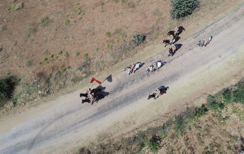 Görenler coşkuyla karşılıyor! Atlı süvariler 97 yıl sonra dörtnala İzmir'e koşuyorlar