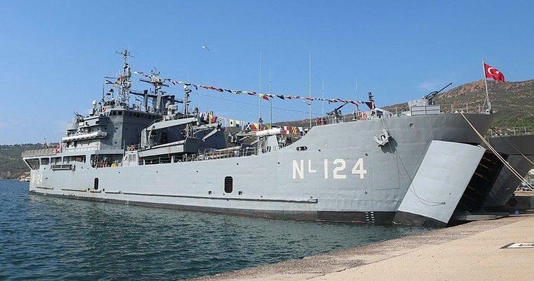 Foça'da askeri gemiler vatandaşların ziyaretine açıldı