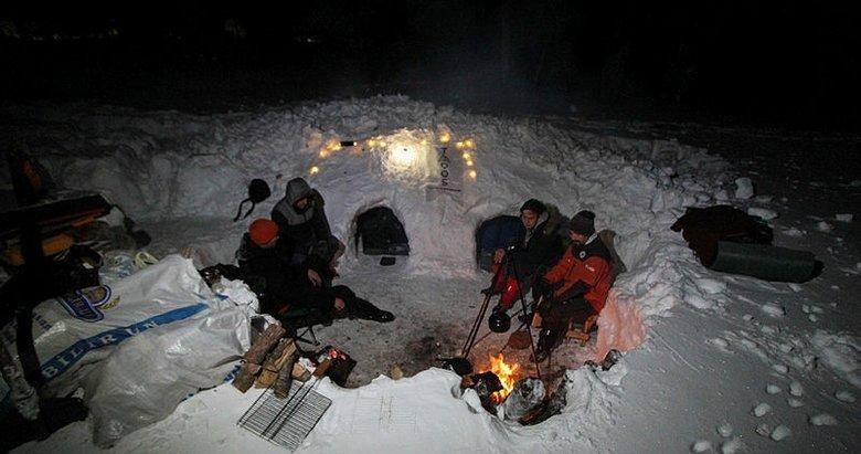 Domaniç Dağları'nda kamp kuran 4 arkadaş iglo yaparak konakladı