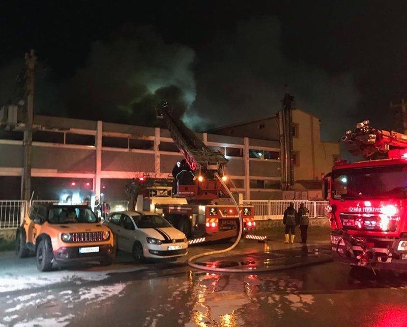 İzmir Bornova'da korkutan fabrika yangını