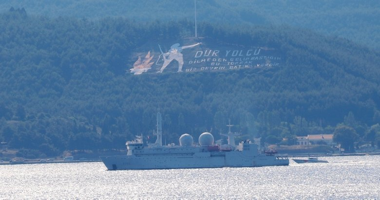 Fransız askeri gemisi Çanakkale Boğazı'ndan geçti