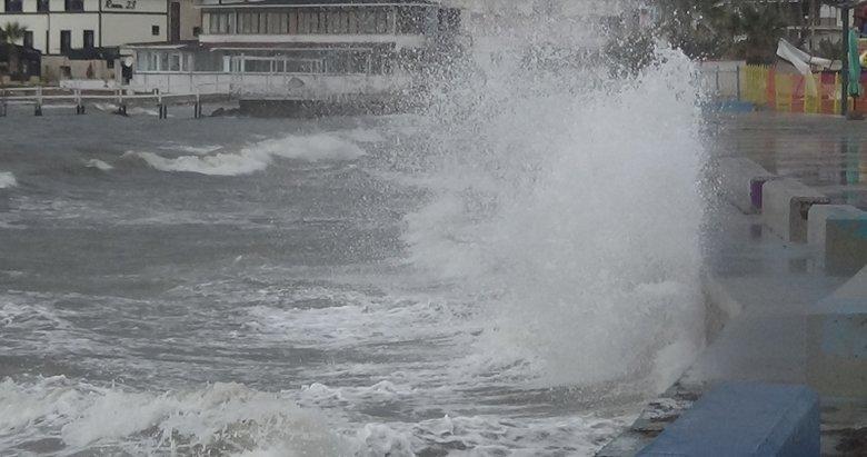 Lodos fırtınası nedeniyle Balıkesir'de dev dalgalar oluştu