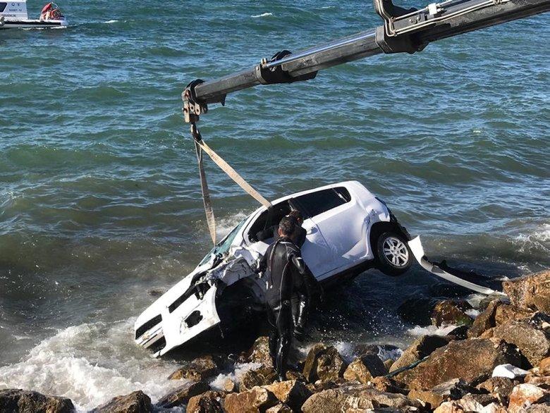 İzmir'de kaza sonrası takla atan otomobil denize düştü - İzmir ...