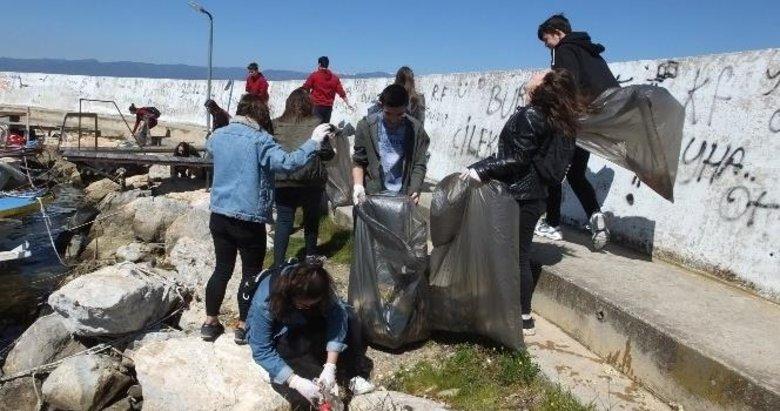Balıkesir'de Liseli gençler sahilde çöp topladı
