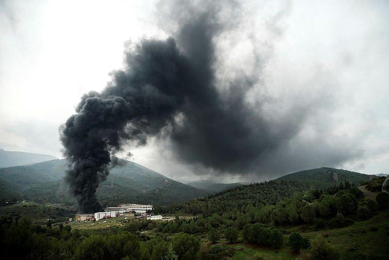İzmir Bornova'da plastik geri dönüşüm deposunda çıkan yangın kontrol altına alındı