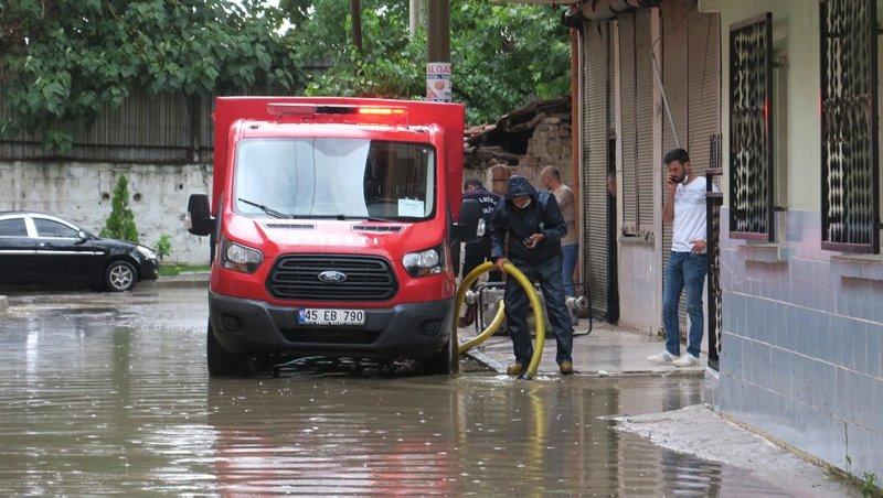 Manisalıların yağmur çilesi! Ev ve iş yerleri kullanılamaz hale geldi