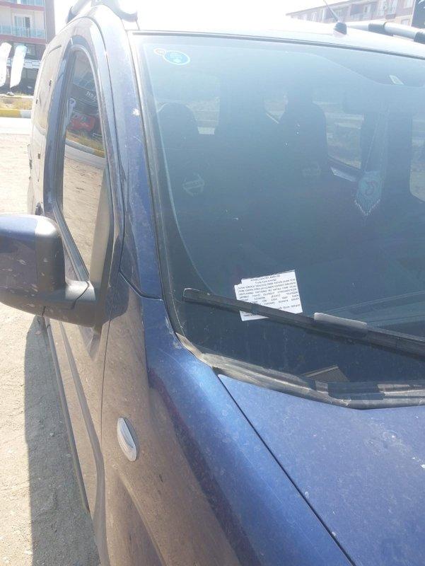 Balıkesir'de polislerden görenleri hayrete düşüren not! Hatalı park eden sürücüye şaşırtan uygulama! İşte yurdum insanından güldüren kareler