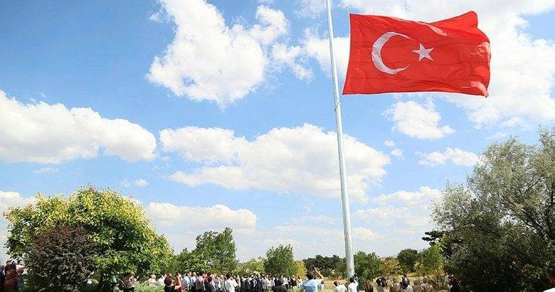 Dumlupınar'da dev Türk bayrağı göndere çekildi