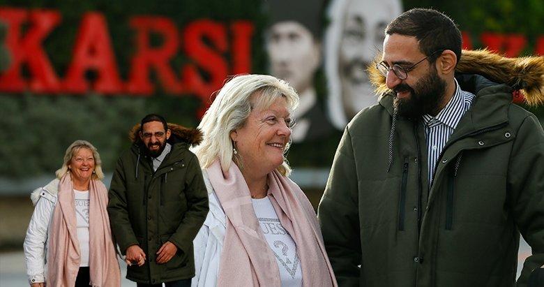 İzmir'de buluştular! İngiliz kadın Julie Beston ile Türk genci Tayfun Erdem'in 'kalpten' bağlılığı!