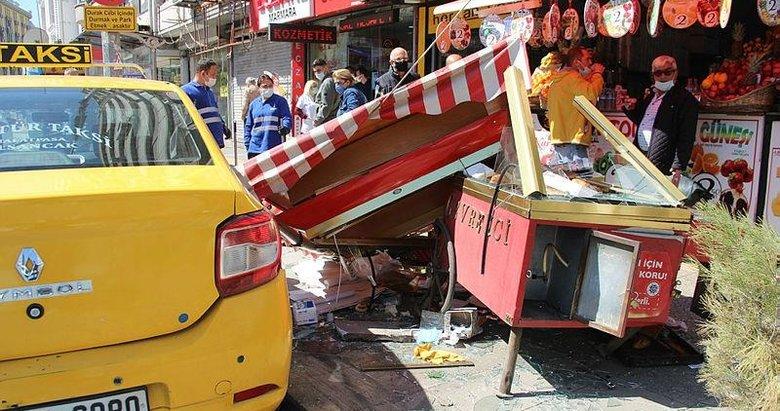 İzmir'de kazaya karışan ticari taksi simitçi tezgahına daldı