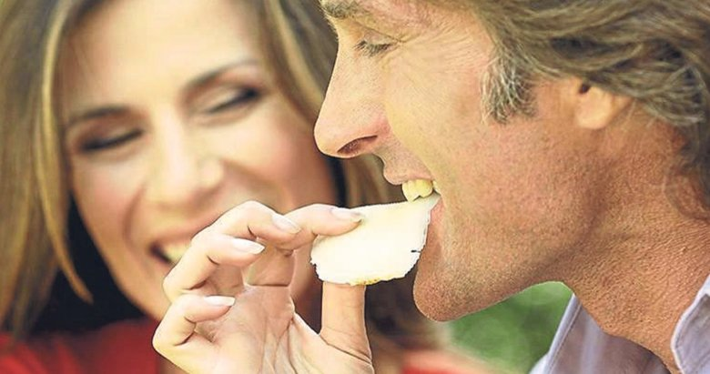 Tatlının üzerine bir parça peynir yiyin