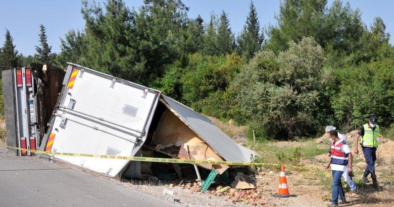 İzmir'de feci kaza! Meyve yüklü kamyon devrildi, şoför hayatını kaybetti