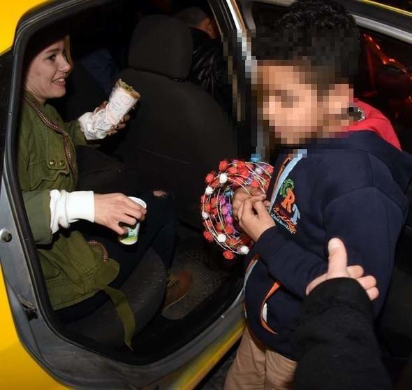 Burcu Biricik elindeki ekmeği sokaktaki çocuğa verdi