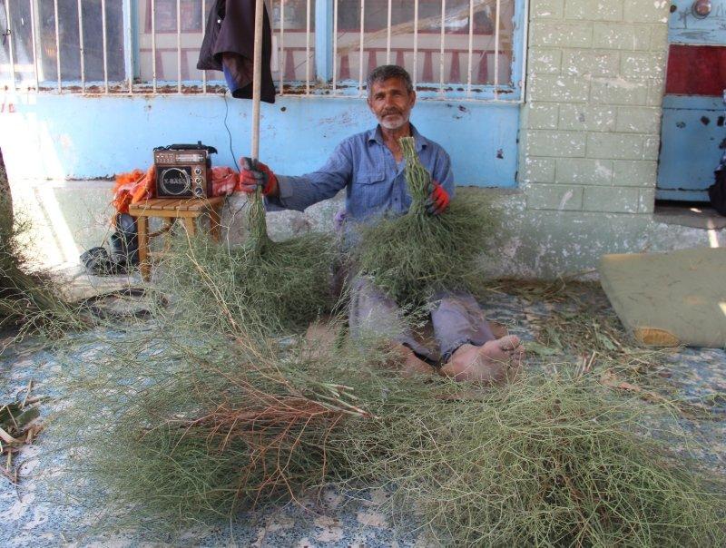 Aydınlı Mehmet Ali Usta'nın süpürgeleri yok satıyor