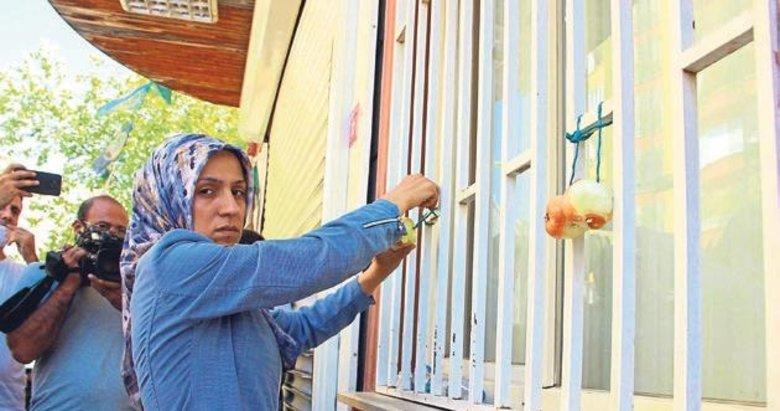 Evladına kavuşunca HDP binasına soğan astı