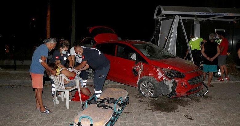 Fethiye'de feci kaza! Minibüs durağına çarptı