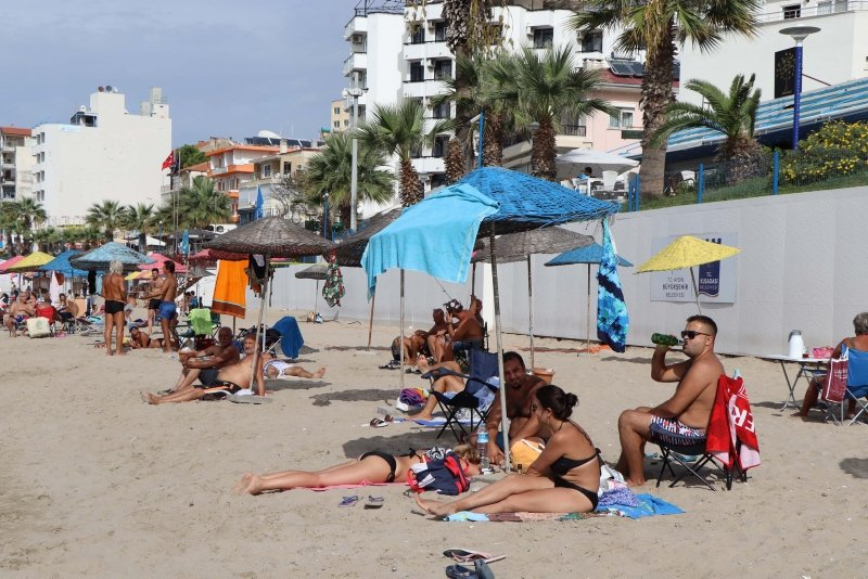 Didim'de sıcak havayı fırsat bilenler denizin keyfini çıkardı