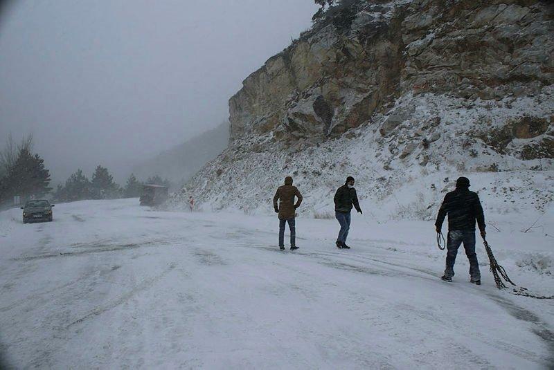 Domaniç'te kar lastiksiz trafiğe çıkan araçlar yolda mahsur kaldı