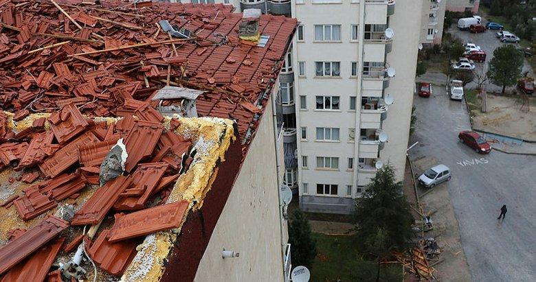 Denizli'de sağanak hayatı felç etti! Apartmanın çatısı uçtu