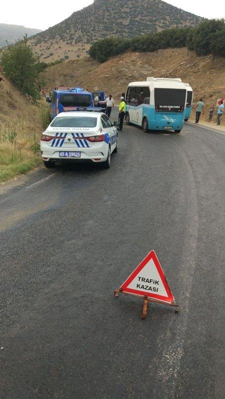 Manisa'da feci kaza! Yolcu minibüsüyle otomobil çarpıştı