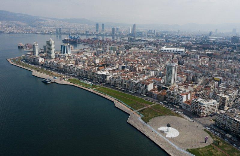 İzmir'i hiç böyle görmediniz! Boş meydanlar ve caddeler havadan görüntülendi