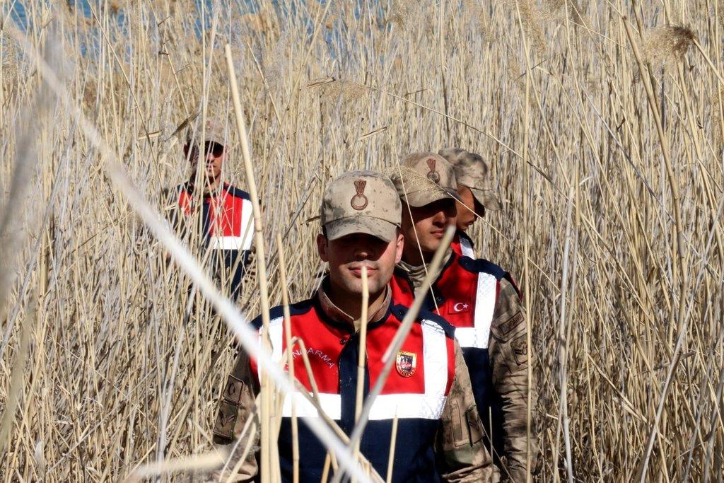 Jandarma Van Gölü'nde inci kefali için nöbet tutuyor