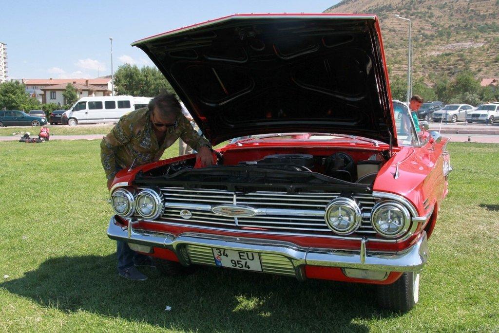 1960 model klasik otomobilini bir zamanlar Zeki Alasya'nın kullandığını tesadüfen öğrendi!