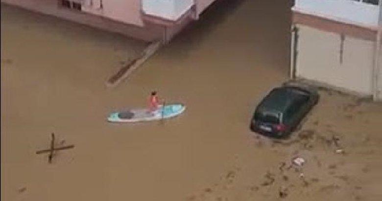 Survivor İzmir! Vatandaş sel suyunda kanoyla ulaştı