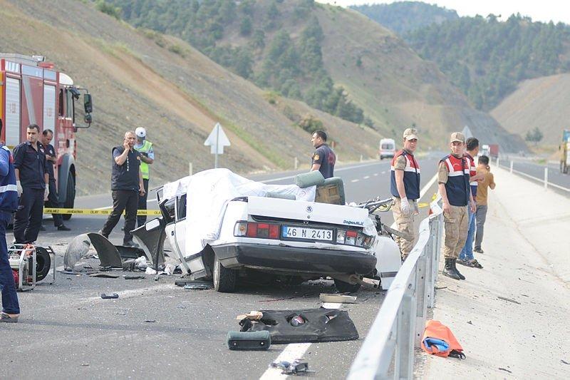 Otomobil ikiye bölündü: 3 ölü, 2 yaralı