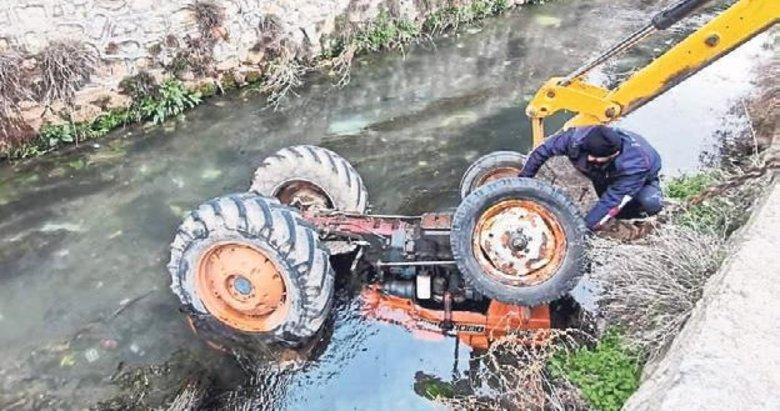 Moloz yüklü traktör nehre yuvarlandı