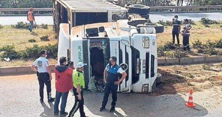 Devrilen TIR'ın sürücüsü yaralandı