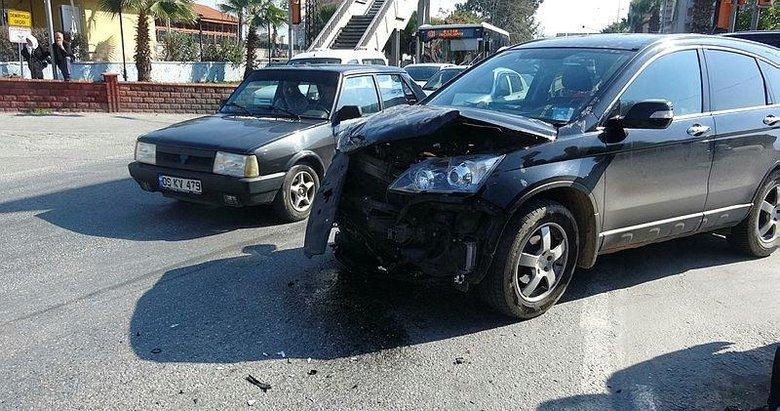 Aydın'da minibüs, otomobile çarptı: 3 yaralı