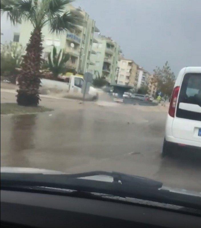 İzmirde sağanak etkili oldu