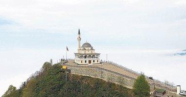 Zirvedeki camiye ziyaretçi akını