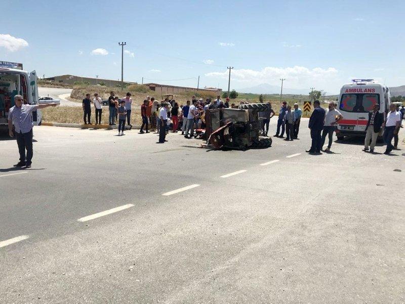 Denizli'de otomobile çarpan traktör ortadan ikiye bölündü