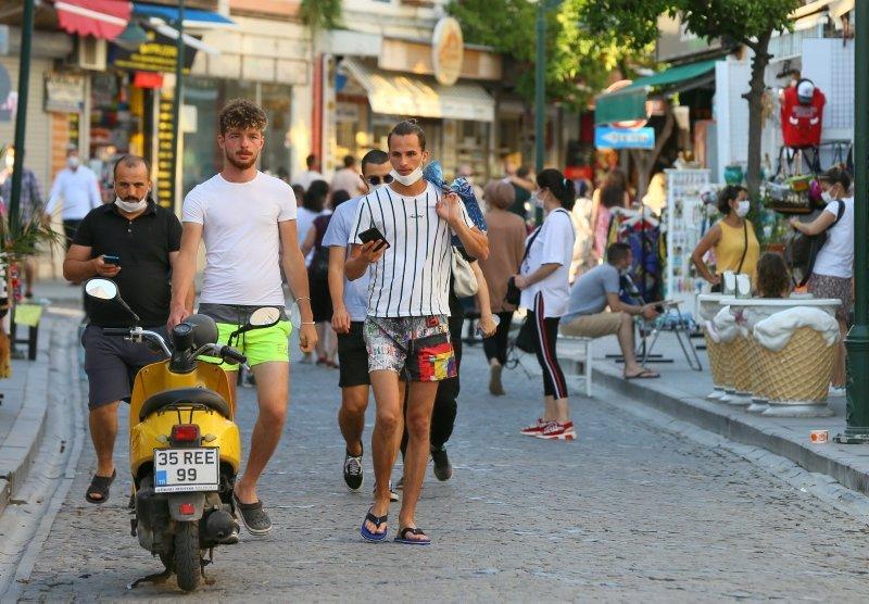 İzmir'de vatandaşlar maskesiz sokakta gezdi