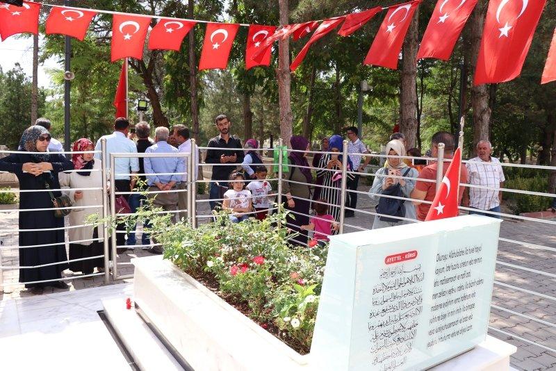 Kahraman şehit Ömer Halisdemir'in mezarına ziyaretçi akını