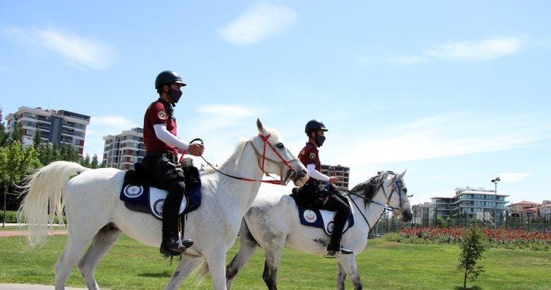 Uşak'ta atlı polislerden Kovid-19 denetimi