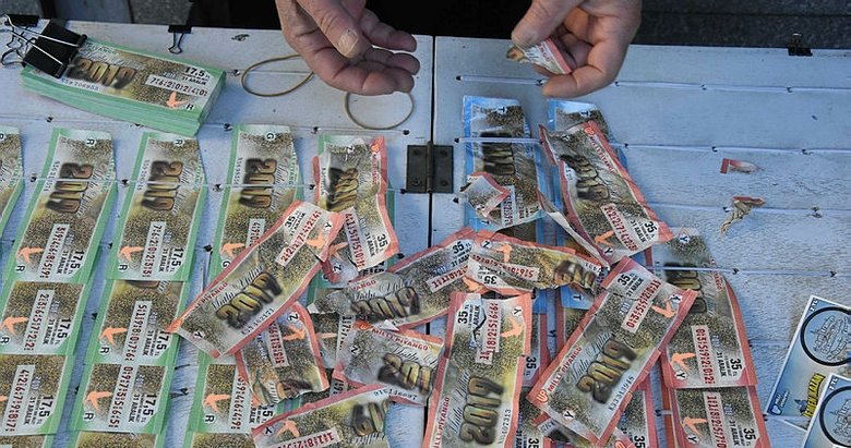 İzmir Konak'ta bir kişi tezgahtaki biletleri yırtıp 'Benden şikayetçi ol' dedi