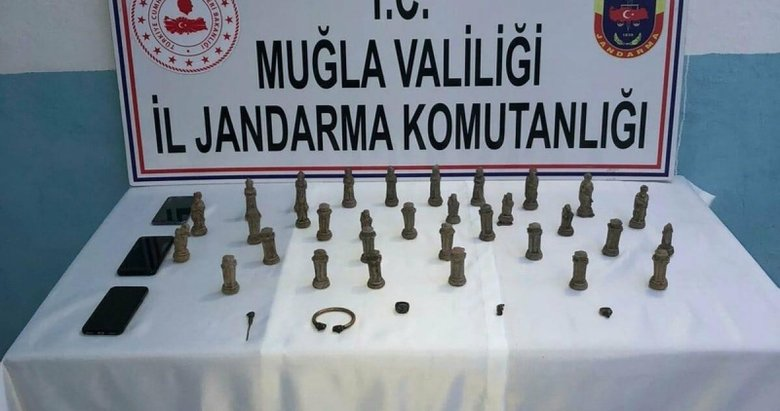 Muğla'da Antik Mısır dönemine ait 32 parça satranç takımı ele geçirildi