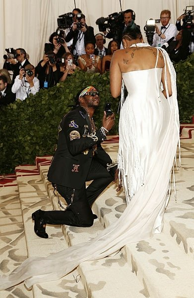 Rihanna kostümüyle geceye damga vurdu!