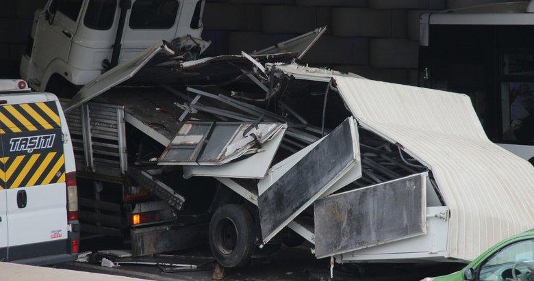 İzmir'de kamyon alt geçide sıkıştı trafik akışı aksadı