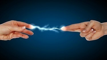 Birine ya da bir şeye dokununca elektrik çarpması mı oluyor? İşte sebebi...