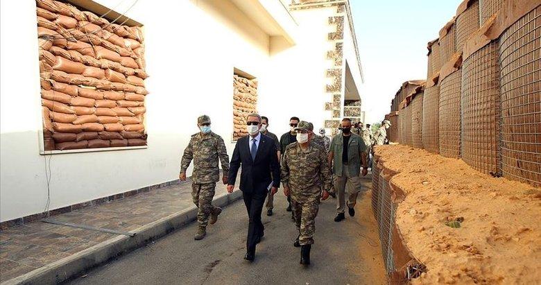 Bakan Akar Libya'da Mehmetçik'le bir araya geldi