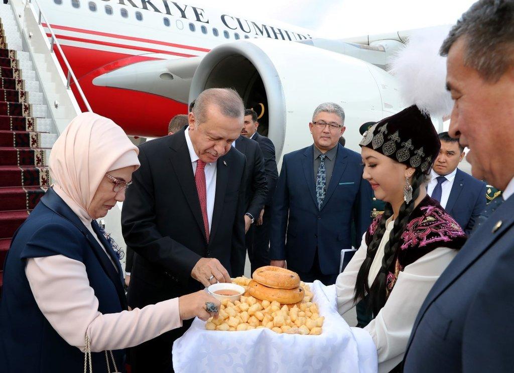 Başkan Erdoğan Kırgızistan'da resmi törenle karşılandı