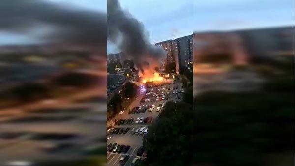 İsveç'te siyah giyimli adamlar 80 araba yaktı
