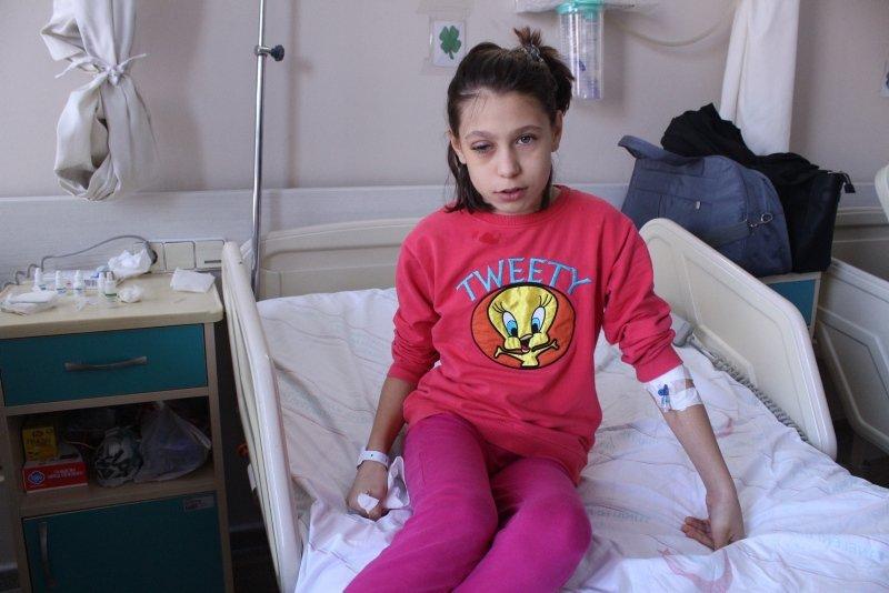 İzmir'de bir çocuk poşet açarken gözünü bıçakladı